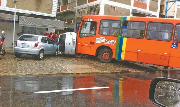 Acidente envolvendo ônibus e dois carros em Boa Viagem