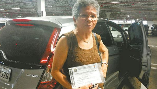 Aposentada Alice Braga, reclama da invasão das vagas dos idosos nos estacionamentos dos shoppings Foto Tânia Passos DP/D.A.Press