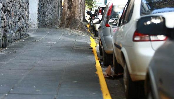 Pintura amarela do meio-fio na Rua do Espinheiro. Quem respeita? Foto - Bernardo Dantas DP/D.A.Press