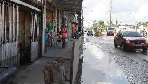 Problemas de drenagem e esgoto estourado, problemas históricos da via Foto Annaclarice Almeida DP/D.A.Press