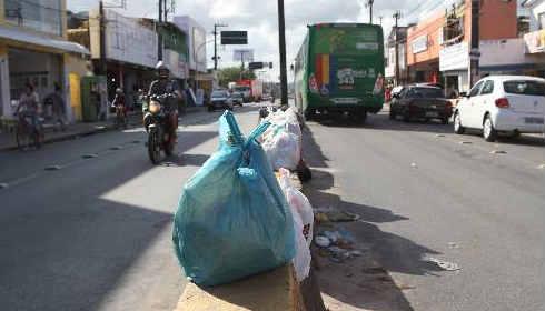 Lixo é depositado no centro do corredor viário Foto Annaclarice Almeida DP/D.A.Press