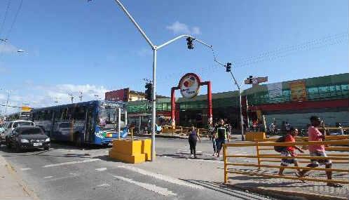 Travessia de pedestre nas paradas conta com semáforo. Falta melhorar a pintura da faixa Foto - Annaclarice Almeida DP/D.A.Press