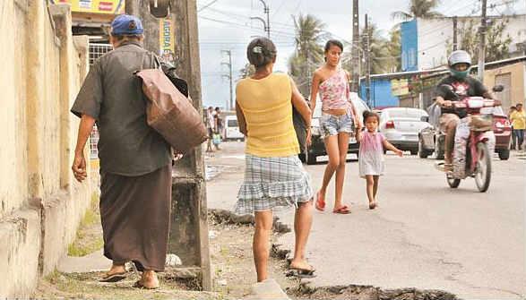 Avenida Luís Corrêa Brito, também conhecida como Estrada de Sítio Novo, entre Olinda e Recife. Dois municípios e nenhuma providência - Foto: Ivan Melo DP/D.A.Press