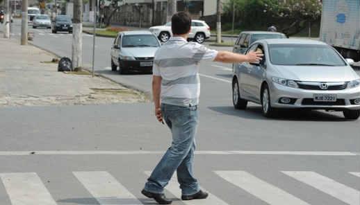 Pedestre pede passagem na faixa - Foto foto: Artur Moser/Reprodução internet