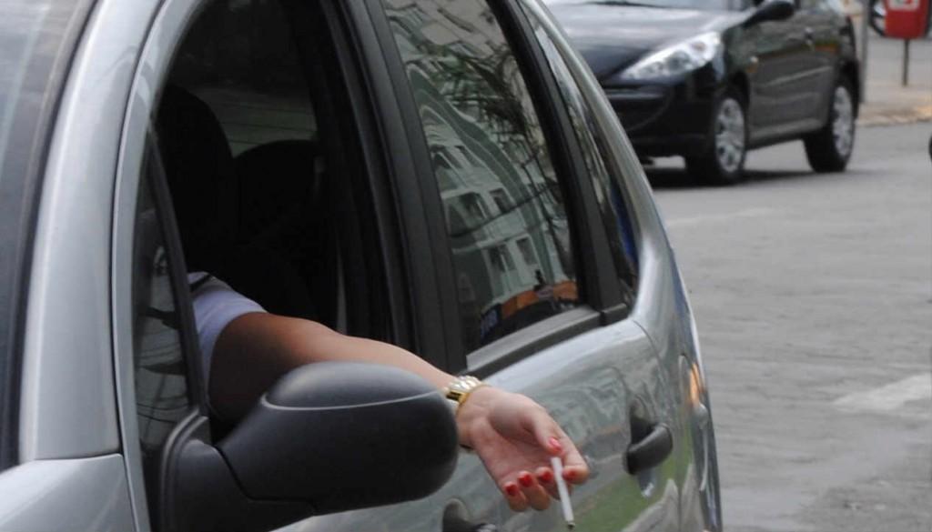 Na direção, o fumante deixa apenas uma das mãos ao volante. É aí que mora o perigo Foto; Reprodução/internet