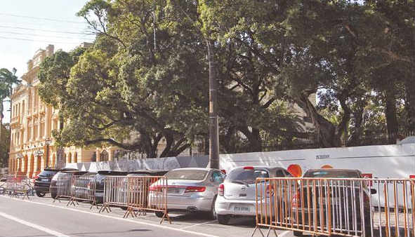 Estacionamento em frente ao Palácio do Campo das Princesas, no Recife Foto Paulo Paiva SP/D.A.Press