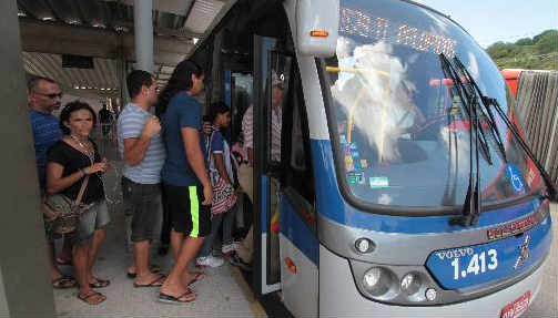 Passageiros embarcando no BRT no Terminal de Pelópidas Foto Annaclarice Almeida DP/D.A.Press