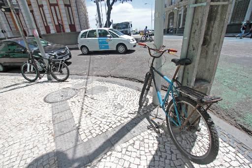 Quem usa bicicleta diariamente precisa criar formas alternativas para estacionar a magrela. Apesar disso, PL 31/2014 não prevê paraciclos públicos. Crédito: Roberto Ramos