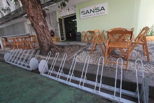 Falta de paraciclos públicos obriga estabelecimentos a oferecer mobiliário móvel a clientes. Crédito: Roberto Ramos.