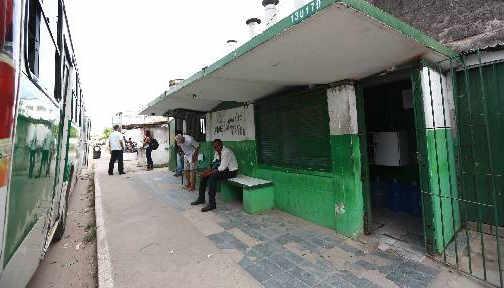 Terminal de Sítio Novo, em Olinda foi improvisado em paradas de ônibus. Foto - Bernardo Dantas DP/D.A.Press