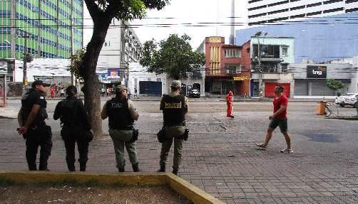 Policiamento para impedir camelôs na Avenida Conde da Boa Vista Foto Júlio Jacobina DP/D.A.Press