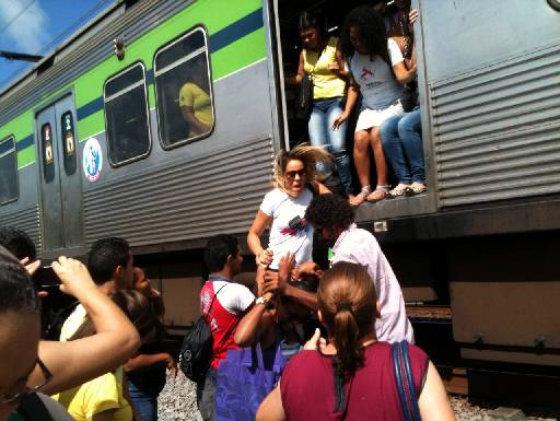 Metro quebrado na Estacao Cajueiro Seco. Crédito: Adriano Correia/Divulgacao