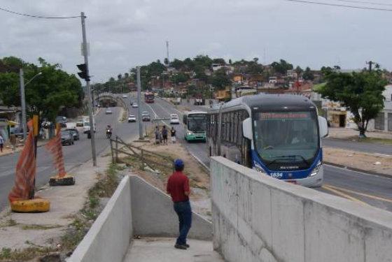 Uma passagem estreita em forma de corredor é a opão de acesso à estação dos Bultrins Foto: Tânia Passos DP/D.A.Press