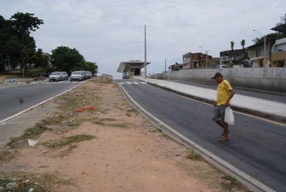 Falta continuidade das passagens dos pedestres e eles fazem seus próprios caminhos Foto Tânia Passos DP/D.A.Press
