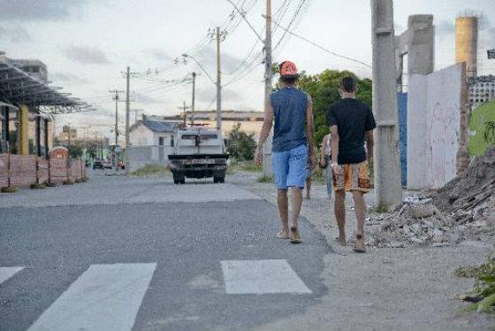 Falta calçada na Avenida Cruz Cabugá ao lado de uma das estações de BRT. Foto: Guilherme Veríssimo DP/D.A.Press