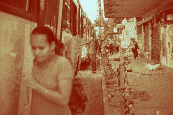 Pedestres se arriscam pela pista na Avenida Cruz Cabugá. Um quarteirão foi interditado por causa da ameaça de desabamento de uma marquise. E as pessoas não tem por onde passar. Foto: Guilherme Veríssmo DP/D.A.Press