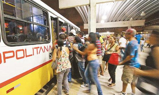 Rotina de passageiros e a dificuldade em conseguir espaço no ônibus do Recife. Foto Annaclarice Almeida DP/D.A.Press