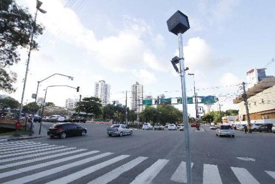 Quatro novos radares instalados na Avenida Agamenon Magalhães. Foto - Ricardo Fernandes DP/D.A.Press