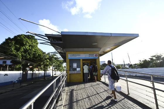 caminhão que passou pela faixa do BRT, ainda não segregada, arrancou parte da cobertura da Estação Tacaruna - do corredor Norte/Sul