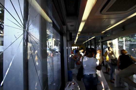Vidros da estação Riachuelo, no Centro do Recife, estão quebradas há seis meses - Foto Paulo Paiva DP/D.A.Press