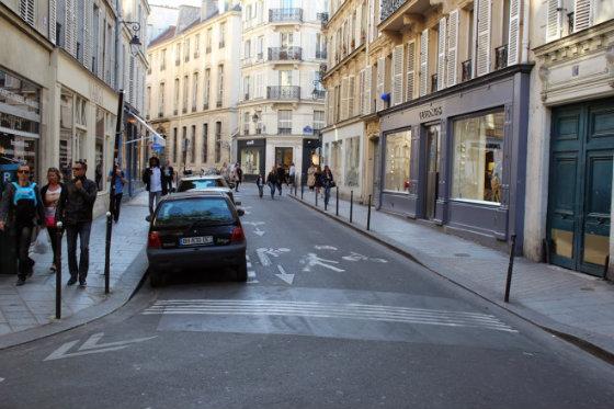 Ruas de Paris t~em velocidade reduzida e calçadas acessíveis Foto: reprodução/blog Mobilize Europa