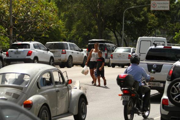 Pedestres aubda não são prioridade no trânsito do Recife Foto: Peu Ricardo Especial D.A/Press