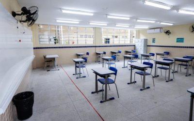 Estudantes do terceiro ano do ensino médio retornam às escolas estaduais