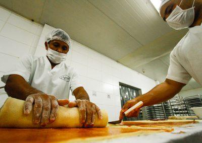Por dia, são até 900kg de bolo fabricados na Casa dos Frios