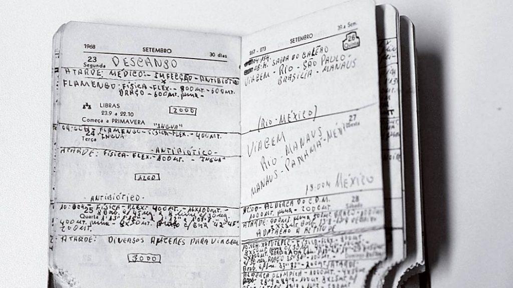 Na caderneta, anotações dos treinos: disciplina
