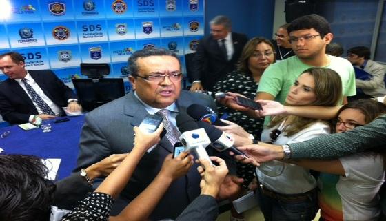 Secretário garantiu pagamento das bolsas. Foto: Wagner Oliveira/DP/D.A.Press