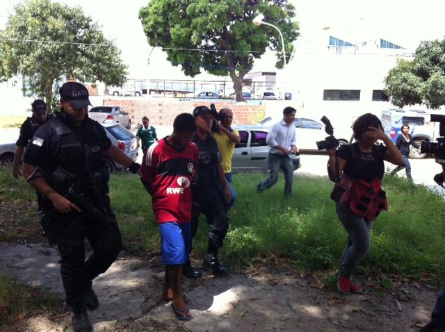 PMs seguiram com o suspeito para o IML. Foto: Wagner Oliveira/DP/D.A.Press