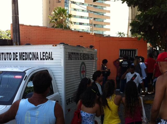 Várias pessoas foram até o local. Foto: Wagner Oliveira/DP/D.A.Press