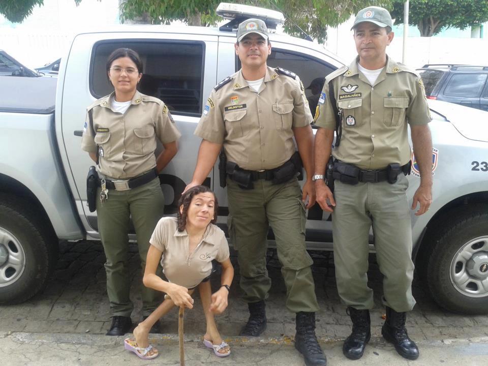 Com os militares que a foram buscar no sítio. Foto: Facebook