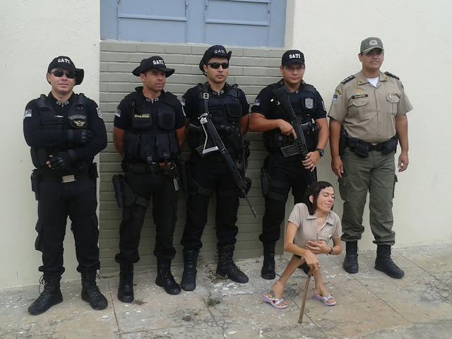 Universitária tirou fotos com PMs do Gati na rua. Foto: Facebook