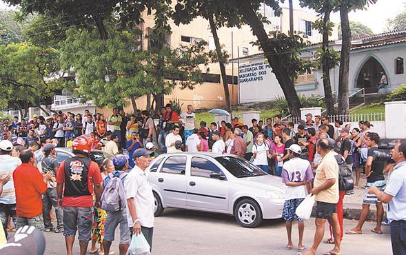 Parentes e funcionários de um dos suspeitos protestaram. Foto: Wagner Oliveira/DP/D.A.Press