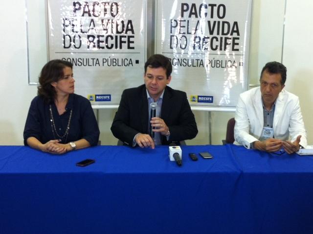 Prefeito anunciou a meta ao lado da primeira-dama e do secretário Murilo Cavalcanti. Foto: Wagner Oliveira/DP/D.A.Press