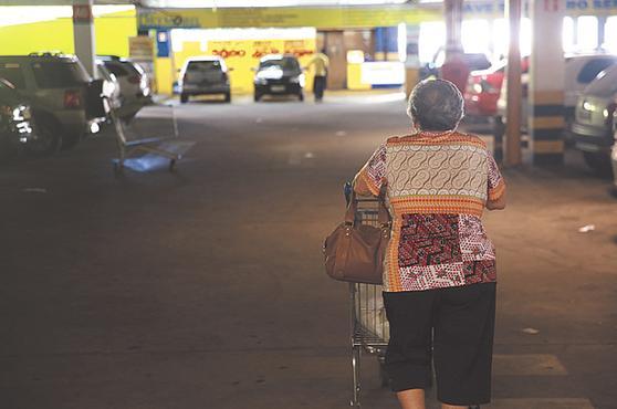 Clientes têm medo de serem abordados nos estacionamentos. Foto: Bernardo Dantas/DP/D.A.Press