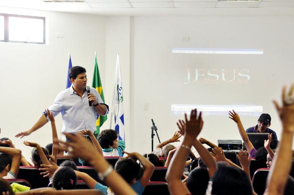 Garotada assiste atenta às palestras. Foto: Divulgação