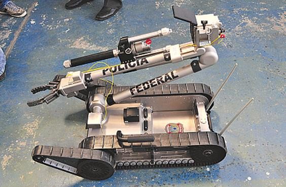 Robô funciona por controle remoto. Foto: Julio Jacobina/DP/D.A Press