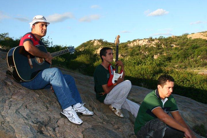 Coronel (de chapeú) toca violão e canta. Foto: Reprodução/Facebook