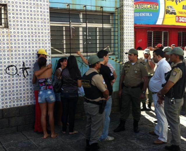 Familiares da vítima estavam desesperados. Foto: Wagner Oliveira/DP/D.A Press