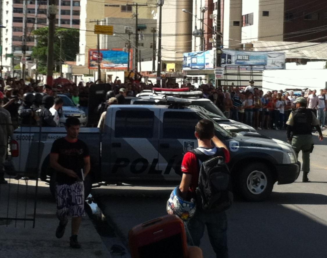 André (de camisa branca à frente dos PMs) se rendeu após o crime. Foto: Wagner Oliveira/DP/D.A Press