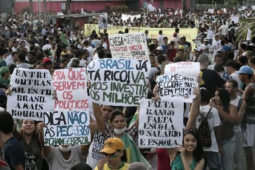Pessoas seguem com cartazes. Foto: Teresa Maia/DP/D.A Press