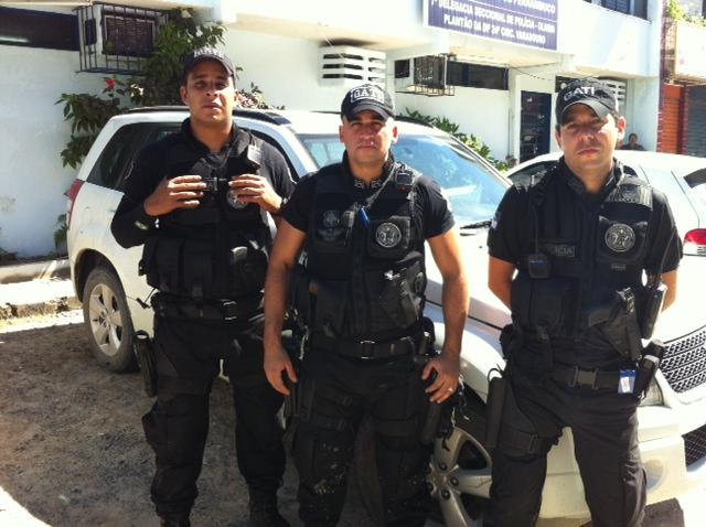PMs do Gati recuperaram o carro roubado. Foto: Wagner Oliveira/DP/D.A Press