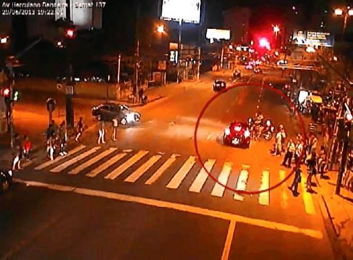Câmeras da CTTU mostram o momento da batida.