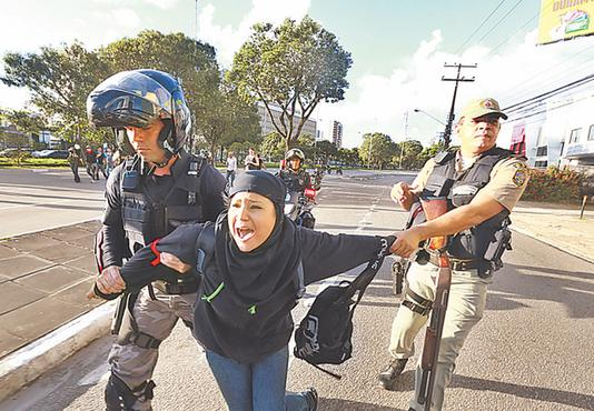 Protocolo visa evitar cenas como essa durante as manifestações. Foto: Bernardo Dantas/DP/D.A Press