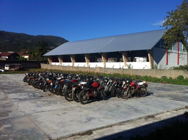 Nos fundos da DP de Águas Belas, mais de 50 motos estão paradas. Foto: Wagner Oliveira/DP/D.A Press