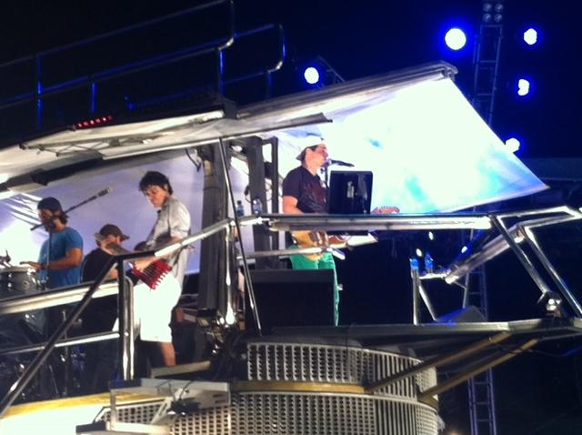 """Enquanto Asa tocava, os """"espertinhos"""" faziam a festa na Trivela. Foto: Wagner Oliveira/DP/D.A Press"""