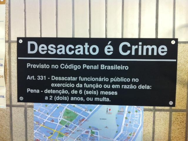 Placas estão em locais visíveis. Foto: Wagner Oliveira/DP/D.A Press
