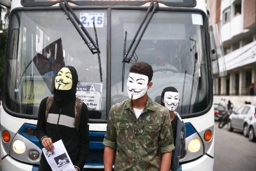 Máscaras só deverão ser liberadas em manifestações pacíficas. Foto: Bernardo Dantas/DP/D.A Press